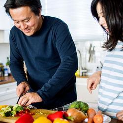 共働きをするときは家事を協力してこなそう。分担表の利用など