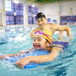 ママもキッズも安心して通える!コナミスポーツクラブの運動塾「スイミングスクール」大きなプールは初めてだけど大丈夫?初めての不安をスッキリ解消!