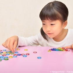 子どもと楽しむおはじき遊び。簡単な遊び方、中抜きや的当てなどのルール