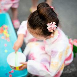子どもが浴衣を着るときの髪型。長さ別アレンジや便利なアイテム