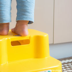 幼児用の踏み台を用意するとき。高さなど選ぶポイントや手作り方法