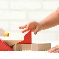 1歳の子どもが楽しく遊べる木製や手作りの知育玩具