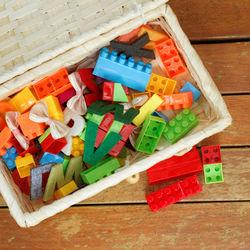 棚やかごを使ったおもちゃの片付け。子どもが片付けやすくなる工夫