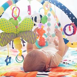 新生児や乳児が好むおもちゃ。この時期の赤ちゃんはどんなおもちゃで遊ぶ?