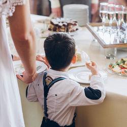 結婚式に子ども連れで出席するときのマナー。服装や髪型、ご祝儀など