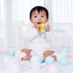 赤ちゃんが楽しく遊ぶガラガラ。ペットボトルやフェルトを使った手作り方法