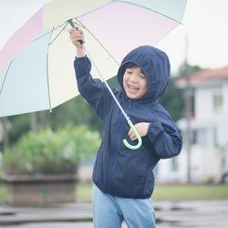 雨の日の子どもとのお出かけ事情。服装や持ち物と気をつけること
