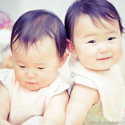 双子の授乳はどのようにやる?方法やタイミング、授乳グッズなど