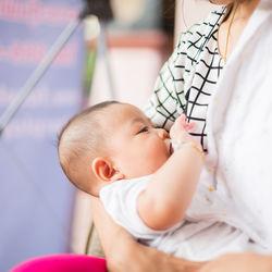 授乳するときの姿勢や角度。母乳や哺乳瓶での授乳角度で気をつけたこと