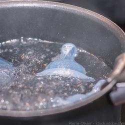 哺乳瓶を湯煎で消毒する方法。揃えたものや消毒にかかる時間について