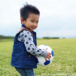 幼児の外遊び用のおもちゃ。種類や成長に合わせた遊び方