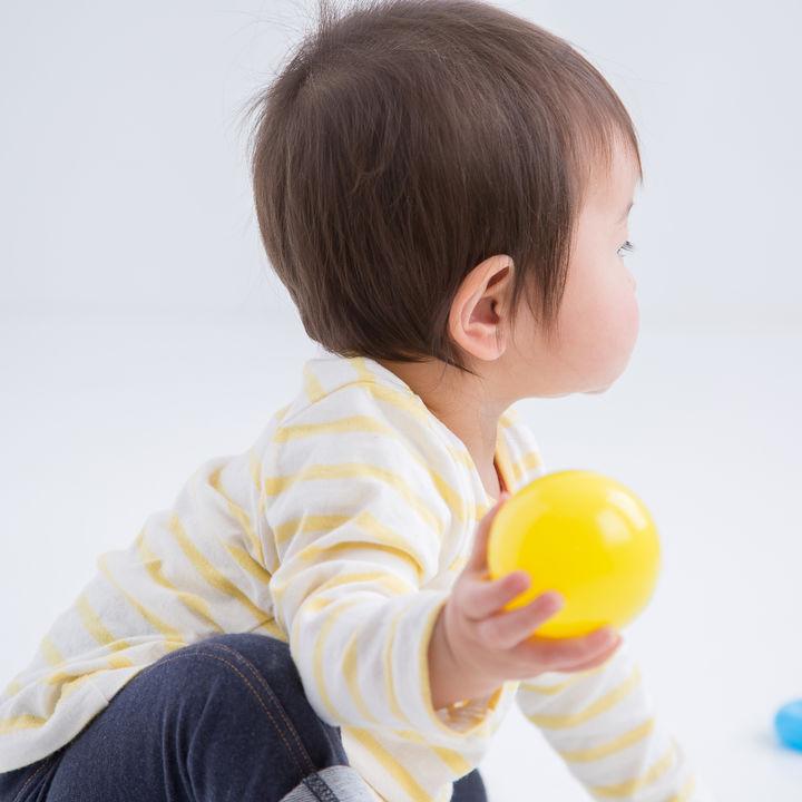1歳児が物を投げる、叩くのはどのようなとき?ママたちが考える理由