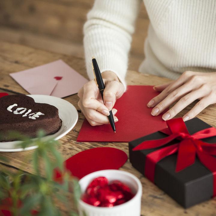 バレンタインに贈るプレゼント。贈る相手別の相場や贈ったもの