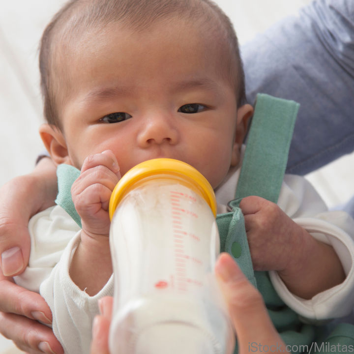 生後1カ月の赤ちゃんはどのくらい粉ミルクを飲む?量や回数について
