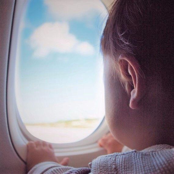 【体験談】初めての飛行機、赤ちゃんや子どもの耳抜きや飽きさせない対策は?