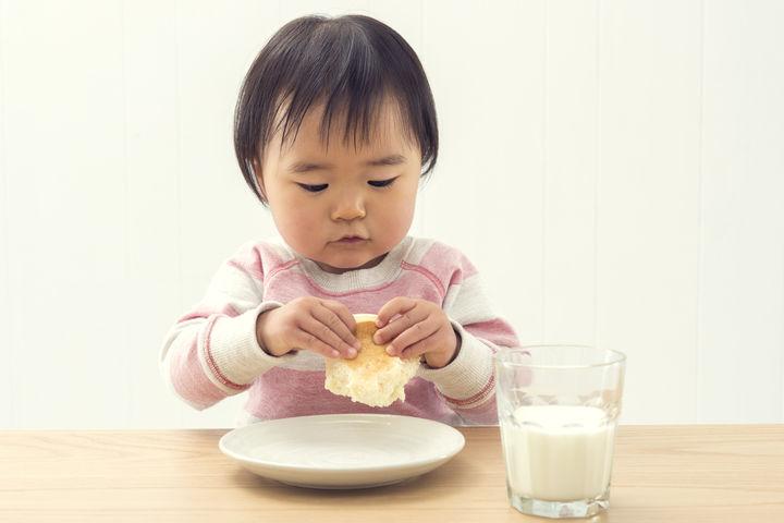 豆乳の食事を食べる子ども