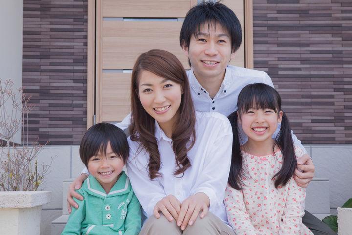 送迎前後の笑顔の家族