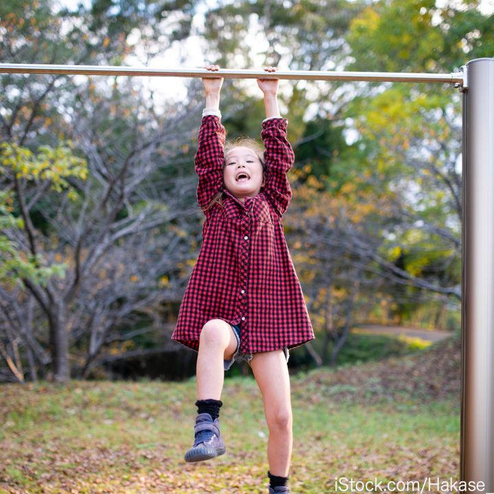 子どもと鉄棒で遊ぼう!技のやり方や練習方法など