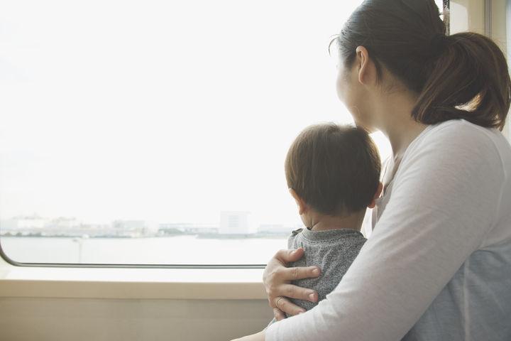 電車で外の景色を見る男の子