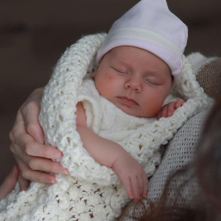 抱っこ紐とおくるみを使って寒さや日差しから赤ちゃんを守ろう