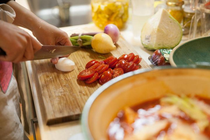 野菜を使って料理する女性
