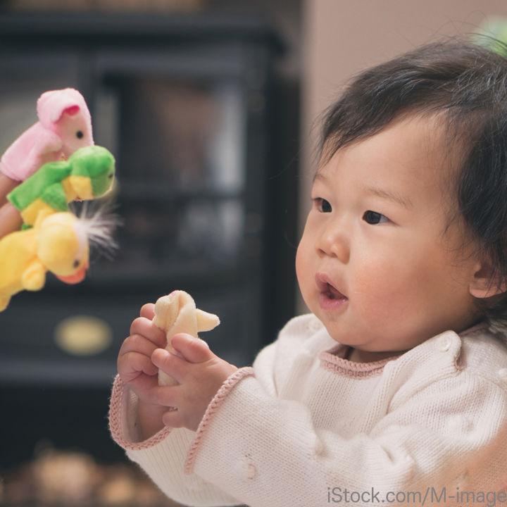 赤ちゃんにおもちゃのプレゼントを贈ろう。定番のものや知育系おもちゃ