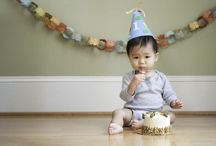 ケーキと写真をとる子ども