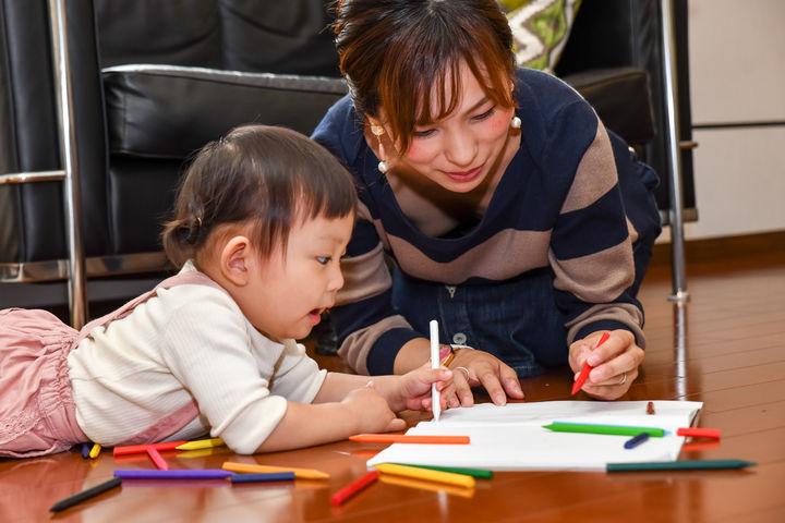 ペンでお絵かきをする子どもとママ
