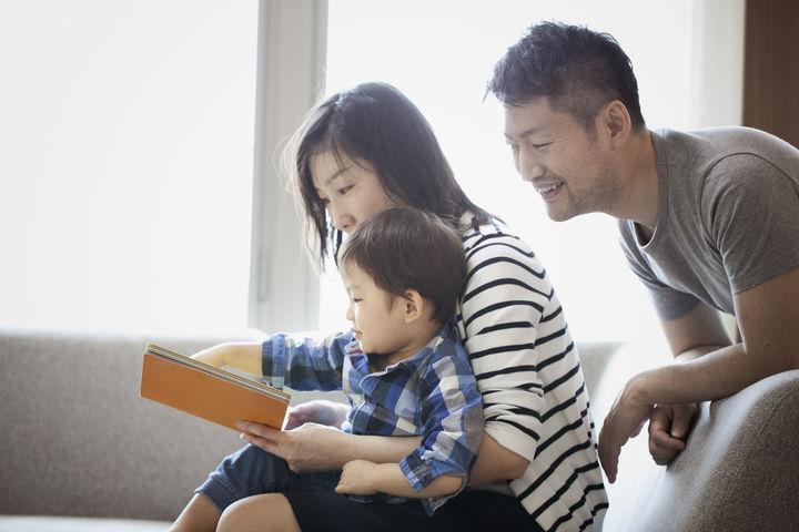 家族で絵本を読む様子
