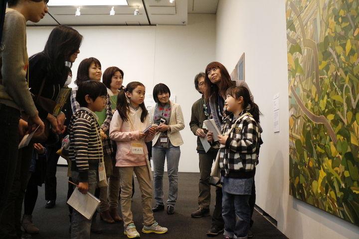 作品を見て感じたことをグループ内で発表し合うことも。(上野の森美術館「VOCA展2017」2017年)