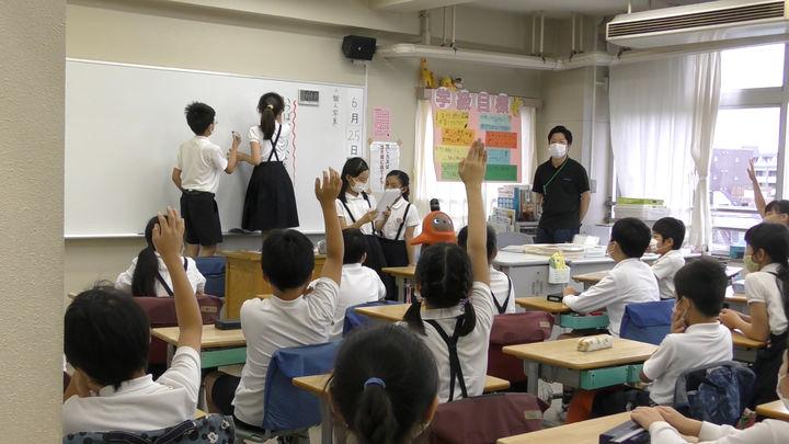東京都北区立王子第二小学校での「LOVOT」授業の様子