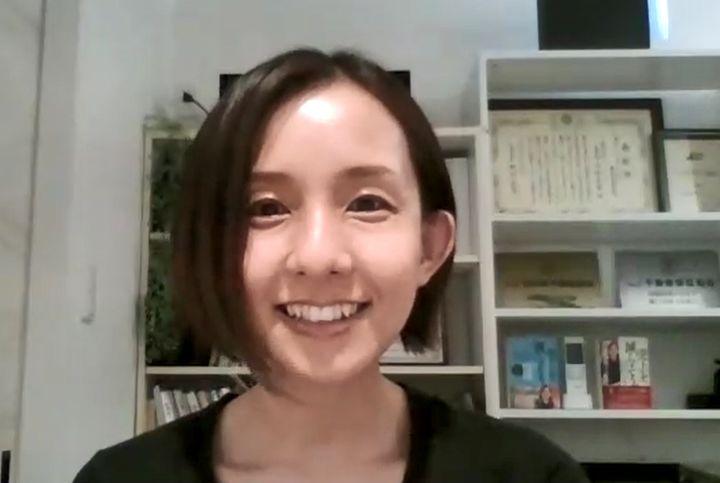オンラインでインタビューを行った。