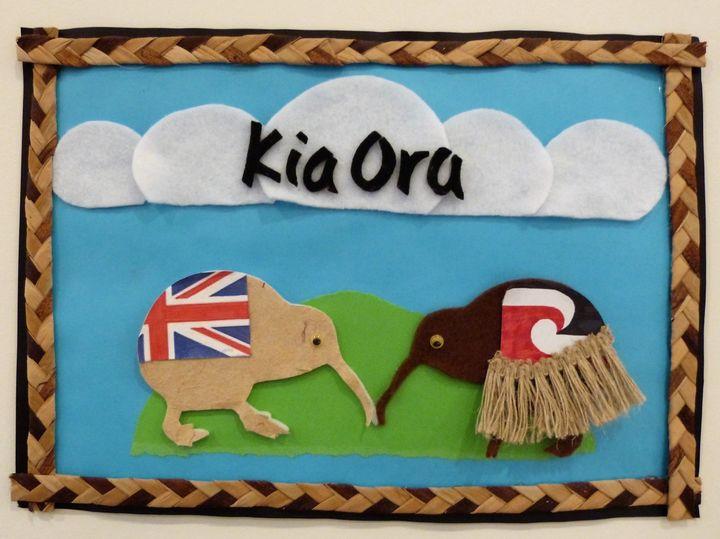 NZの国鳥「キーウィ」が記された作品。「Kia Ora」は、先住民族のマオリ語で「こんにちは」「ありがとう」という意味。(At NZ Early Childhood Education. ©Kiwi-J-Ana Ltd. 2010-2020)