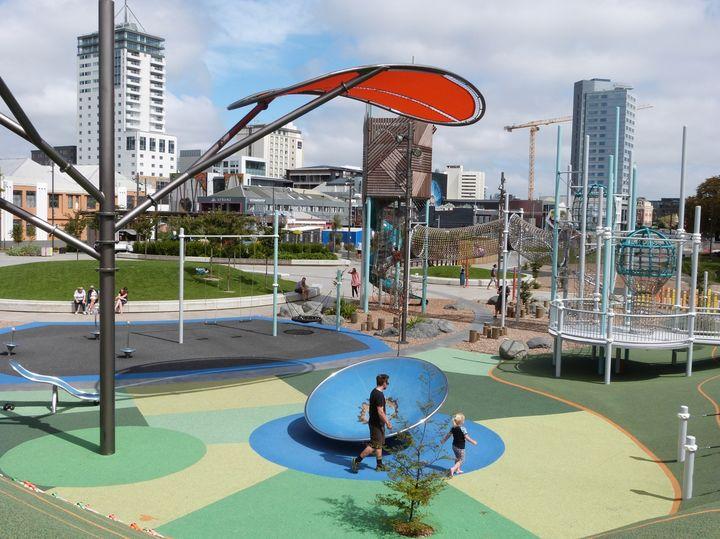 クライストチャーチにある子どもの遊び場「マーガレット・マヒー・プレイグラウンド」。(At Margaret Mahy Playground in Christchurch, NZ. ©Kiwi-J-Ana Ltd. 2010-2020)