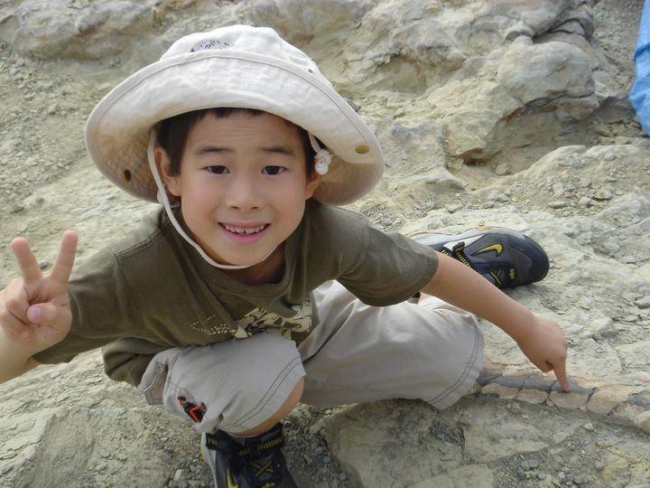 7歳のとき、アメリカ・ワイオミング州にあるワイオミング州恐竜センターから車で更に奥地の山に入ったところで、実際に本物のアロサウルスの化石を発掘。(提供:母・大川栄美子さん)