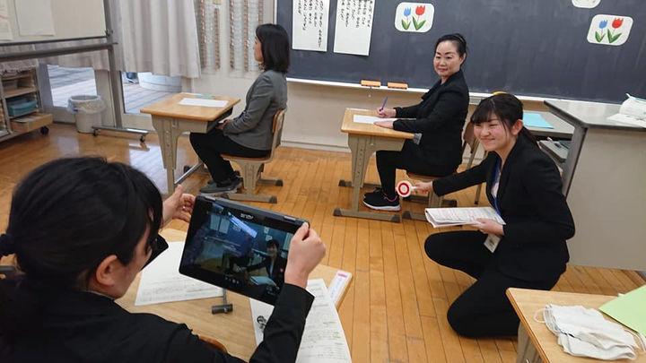 動画を作成中の教師たち