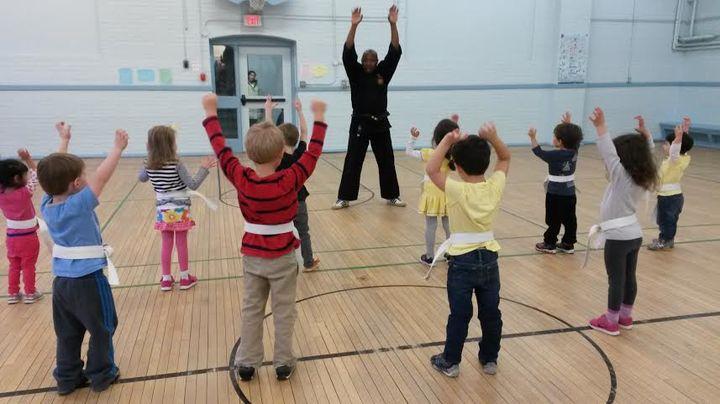 幼稚園で運動する子どもたち。(提供:久保恵一さん)