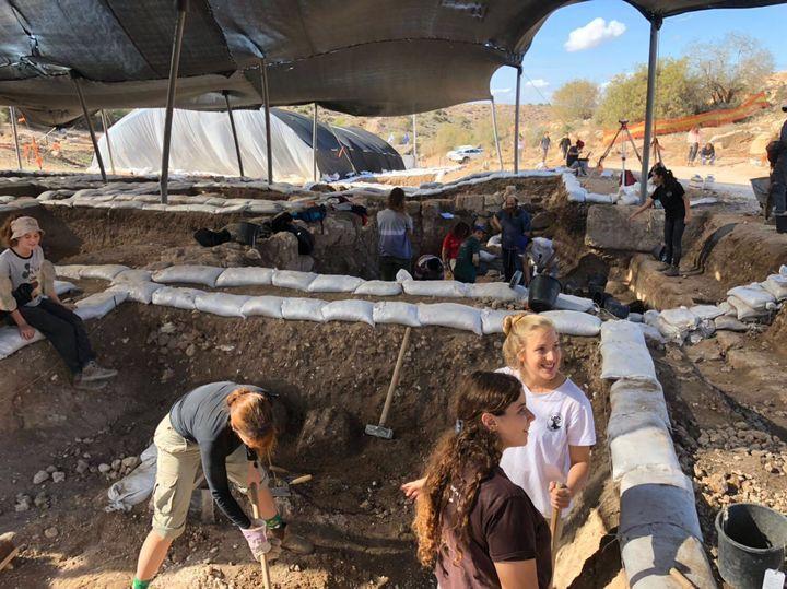 高校での野外授業。発掘活動など、イスラエルの砂漠について学ぶ様子。(提供:木村リヒさん)