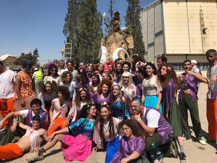 学園祭。砂漠地帯に位置するスデ・ボケル高校ではプリム(ユダヤ教徒の仮装祭り)に大掛かりなパレードを開催します。今年のテーマは「ワイルド」(提供:木村リヒさん)