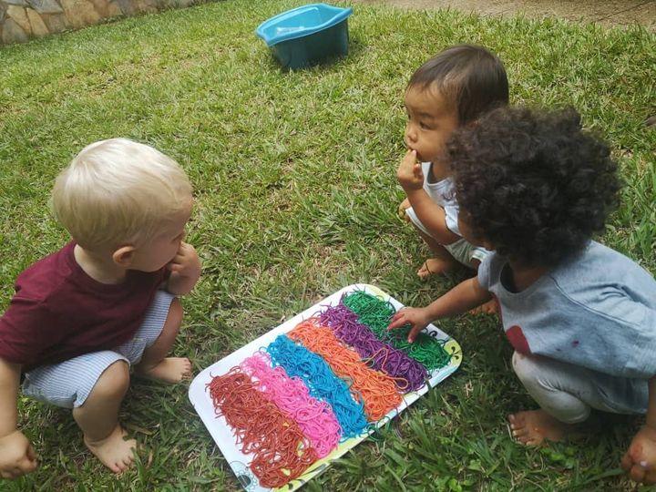 岡野さんのお子さん(右上)。幼稚園で国際色豊かな友だちができた(提供:岡野あさみさん)