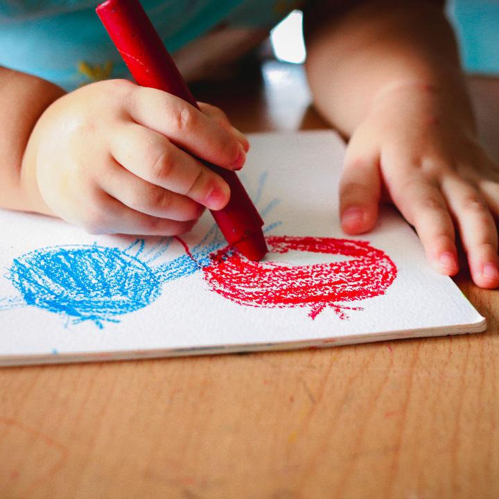 子どもと楽しむ室内遊び。年齢に合わせたゲームや遊びのアイディア