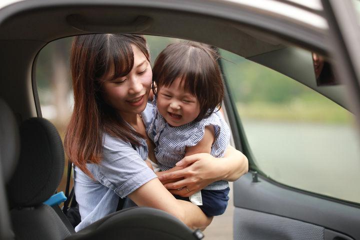 車に乗る親子