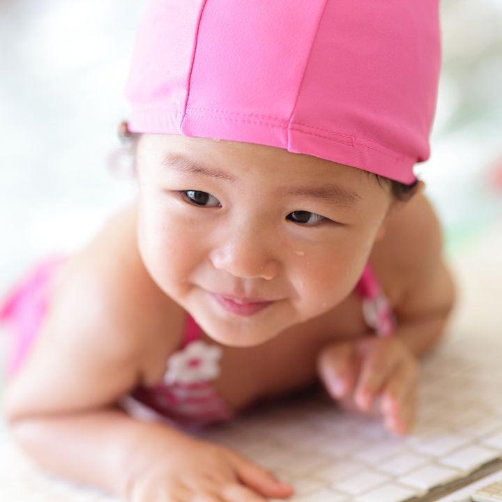 子どもがはじめてプールに入るタイミング。プールに必要な持ち物や準備すること