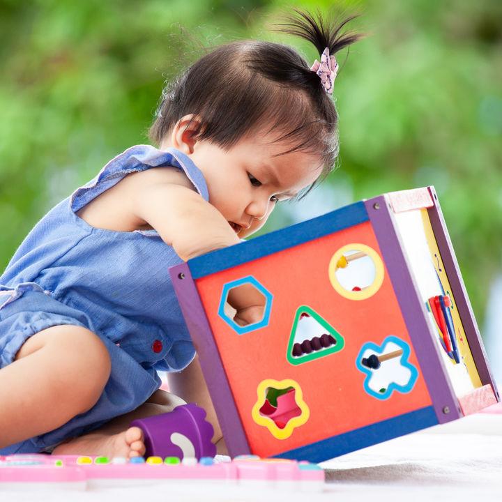 乳幼児が遊ぶおもちゃ。ママたちに選んだおもちゃや年齢別の選び方