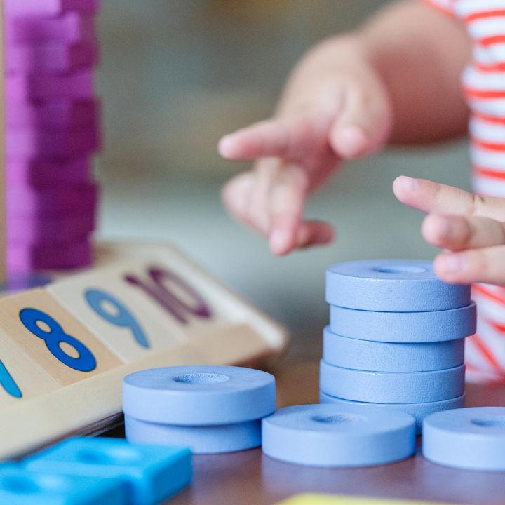 遊びながら学べる知育玩具。ママたちが選んだおもちゃや選び方のポイント