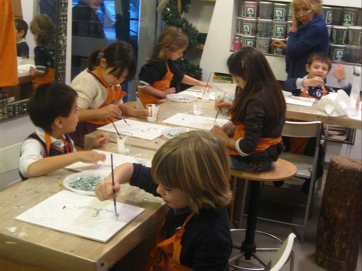 本物のガラスの破片を扱ってモザイクを作成。5歳児のレッスンにて。(提供:マリアーニ・綿貫愛香さん)