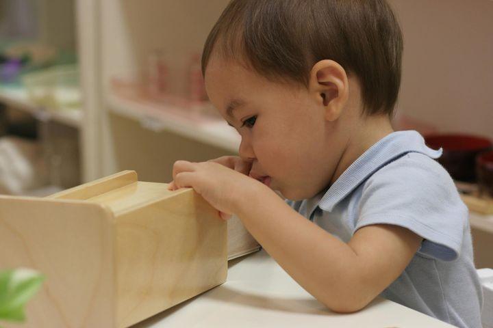2歳のとき。シンプルで美しく機能的な教具に夢中な様子。(提供:マリアーニ・綿貫愛香さん)