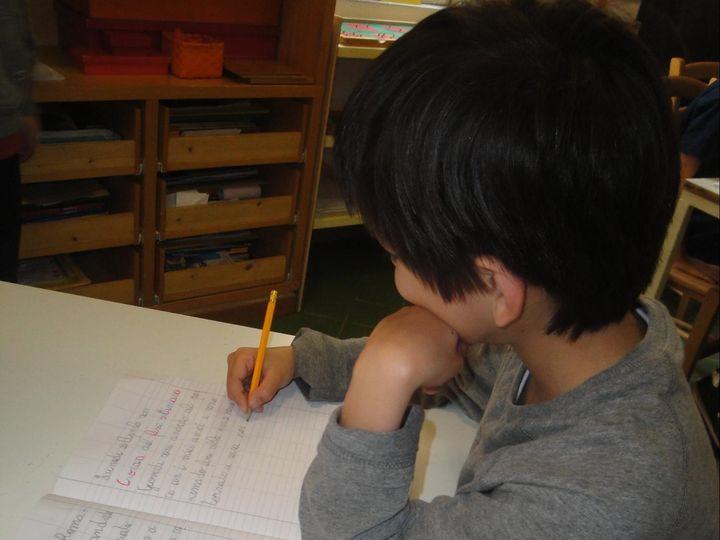 モンテッソーリ小学校の低学年。自分のノートが教科書になります。(提供:マリアーニ・綿貫愛香さん)