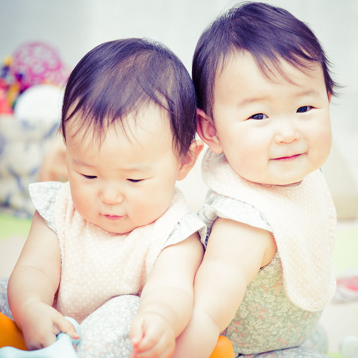 双子育児の特徴。大変な時期を乗り越えるコツや便利な育児アイテム