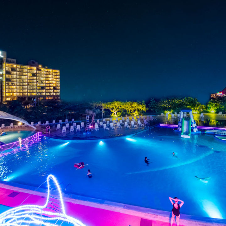 ルネッサンス リゾート オキナワが家族で楽しめるナイトプールを開催